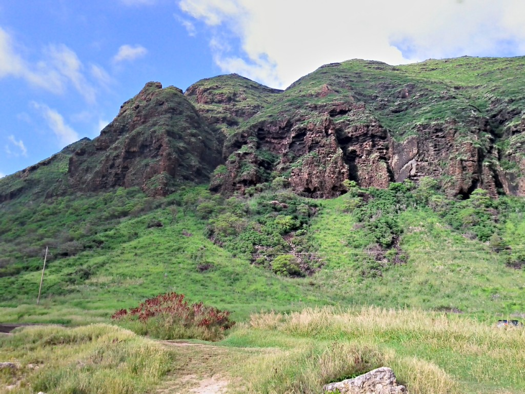 Stunning mountain range stops the road from reaching Kaena Point